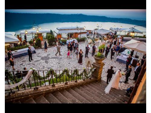 Gli sposi in location con i loro invitati