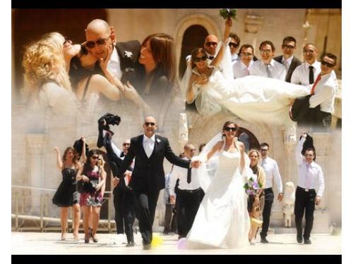 Gli sposi e gli ospiti all`uscita della chiesa