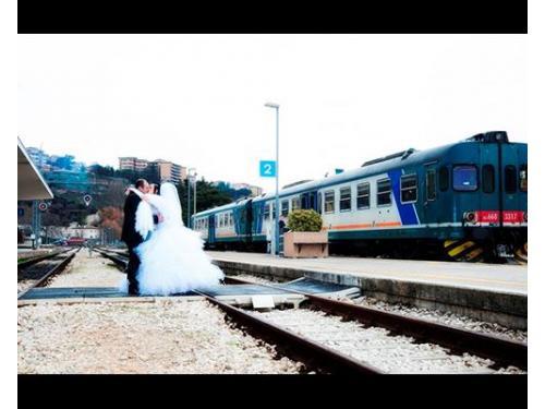Gli sposi alla stazione
