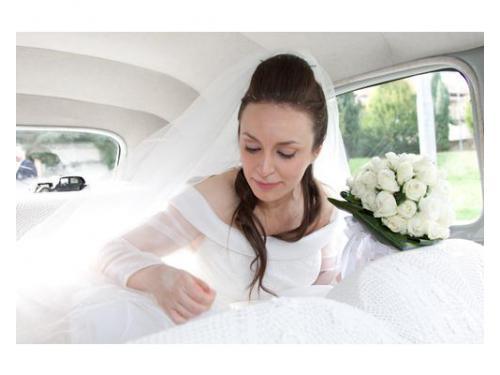 Sposa bianca in auto