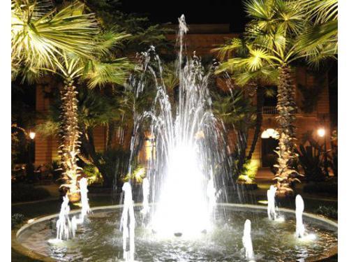 La fontana con illuminazione serale