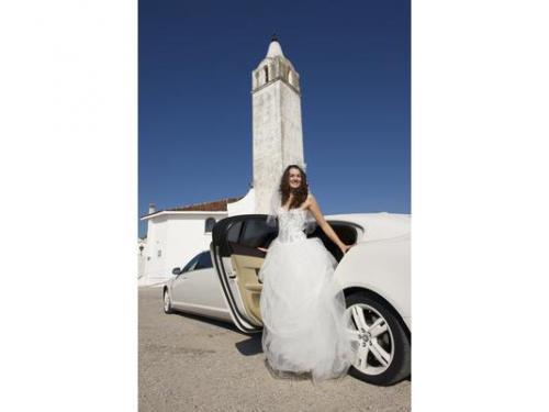 La sposa scende dal jaguar limousine
