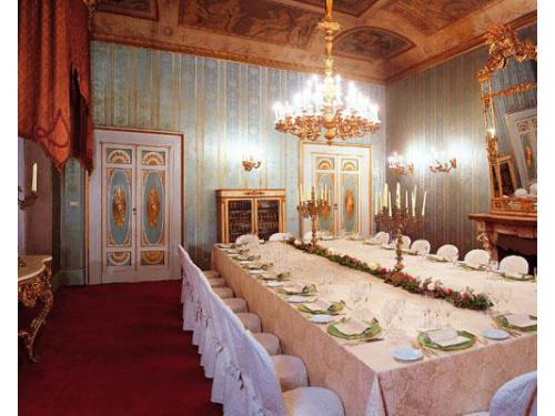 Tavolo imperiale allestito in uno dei salotti