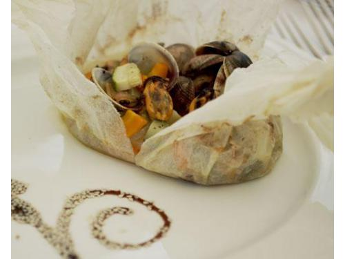 Cartoccio di cernia con verdurine e frutti di mare