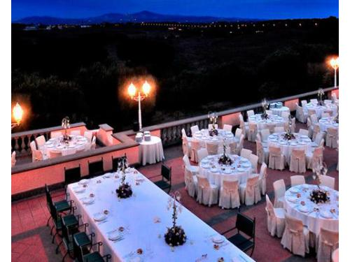 Allestimento ricevimento in terrazza con vista su roma