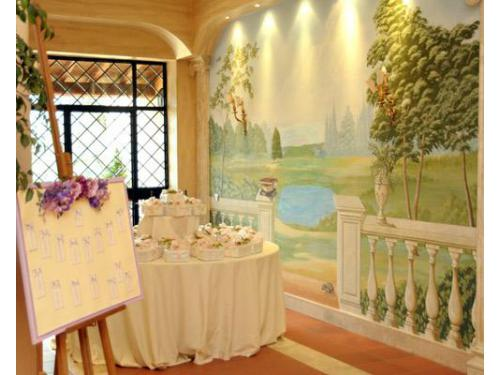 Particolare scorcio degli interni con tableau e tavolo bomboniere