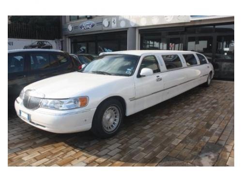 Per il vostro matrimonio scegliete la limousine con interni in pelle, tv, bar.