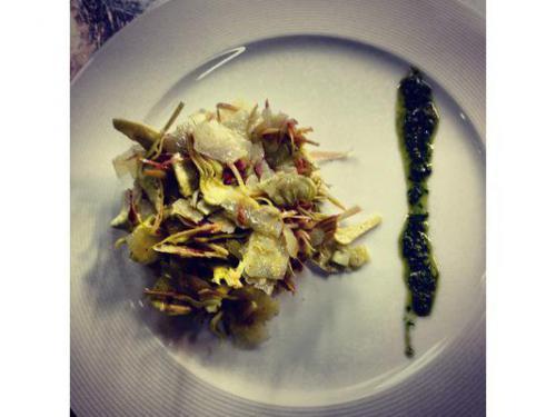 Insalata di carciofi con parmigiano reggiano e pesto leggero