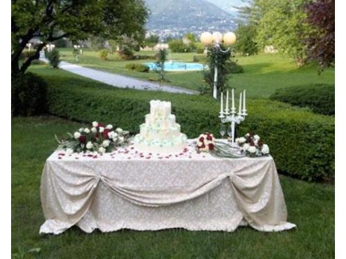Il tavolo della torta nuziale nel garden