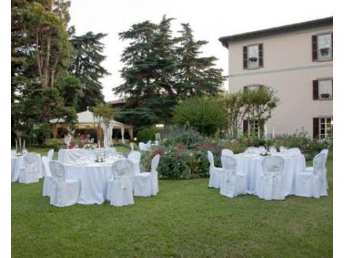 I tavoli degli ospiti e la villa