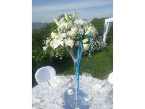 Gigli e rose bianche per il vaso a centrotavola