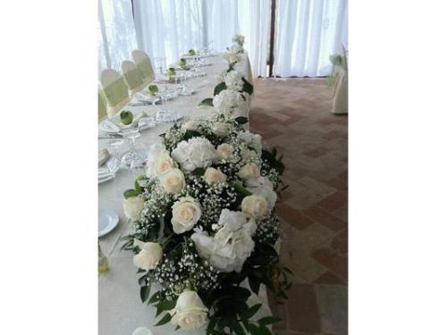 Rose e ortensie per il tavolo sposi